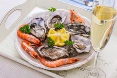 Vidro de Champagne, shell de ostras com camarão na bandeja do serviço Foto de Stock Royalty Free