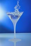 Vidro de cocktail com anel e o resumo ereto do espelho Imagem de Stock Royalty Free