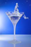 Vidro de cocktail com o homem ou a mulher que escolhem o anel Foto de Stock
