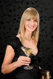 Vidro de cocktail da preensão do vestido de partido da mulher Fotografia de Stock