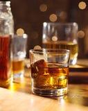 Vidro de cocktail do uísque na barra de madeira imagens de stock