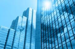 Vidro de construção do close up dos arranha-céus com nuvem, negócio concentrado Fotos de Stock Royalty Free