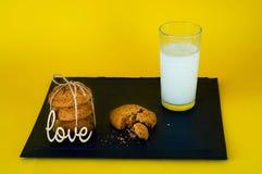 vidro de cookies do leite e de farinha de aveia no fundo amarelo, conceito de produtos naturais, escolha do alimento saudável, es fotografia de stock