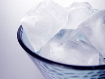 Vidro de cubos de gelo imagens de stock