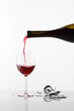 Vidro de derramamento do vinho no branco Fotografia de Stock