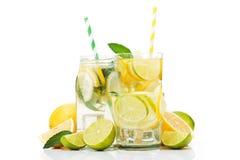 vidro de garrafa fresco da limonada com os frutos isolados Fotos de Stock
