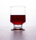 Vidro de gotas do vinho imagens de stock
