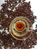 Vidro de licor marrom do aroma dos feijões de café Fotos de Stock