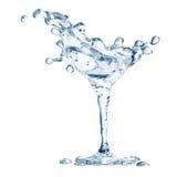 Vidro de Martini com gotas da água ilustração do vetor