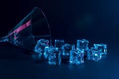 Vidro de Martini com os cubos de gelo no rosa vibrante holográfico de néon e em cores azuis Conceito mínimo da celebração fotografia de stock