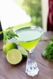 Vidro de refrescamento da limonada fria do cal com hortelã em uma tabela de madeira em um restaurante com uma decoração criativa  Imagens de Stock Royalty Free