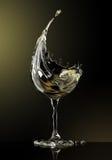 Vidro de vinho branco no fundo preto Imagem de Stock