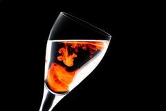 Vidro de vinho com coloração de alimento Fotografia de Stock