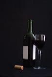 Vidro de vinho com frasco aberto fotos de stock