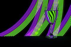 Vidro de vinho com luz de néon atrás imagem de stock