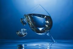 Vidro de vinho de cabeça para baixo sob a água Imagem de Stock
