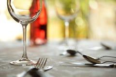Vidro de vinho e ajuste de lugar em um restaurante Imagens de Stock Royalty Free