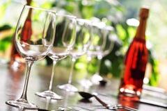 Vidro de vinho e ajustes de lugar Fotografia de Stock Royalty Free