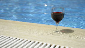 Vidro de vinho enchido com o vinho vídeos de arquivo