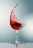 Vidro de vinho tinto no fundo cinzento Foto de Stock