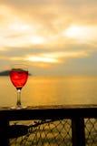 Vidro de vinho tinto no por do sol Imagem de Stock