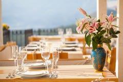 Vidro de vinho vazio na mesa de jantar no restaurante Foto de Stock Royalty Free