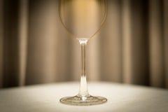 Vidro de vinho vazio na tabela no restaurante. fotos de stock royalty free