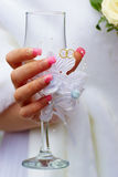 Vidro decorado na mão da noiva Fotografia de Stock Royalty Free