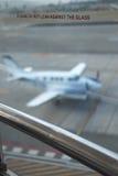 Vidro do aeroporto com plano no fundo fotografia de stock