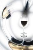 Vidros de vinho vermelho e branco fotografia de stock