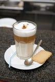 Vidro do café do latte no contador da barra Imagem de Stock Royalty Free
