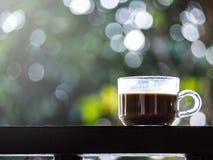 Vidro do caf? na tabela de madeira sobre o fundo abstrato verde imagens de stock royalty free