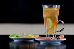 Vidro do chá com fatias do limão e do cal Imagens de Stock Royalty Free