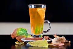 Vidro do chá com fatias do limão e do cal para dentro Fotos de Stock