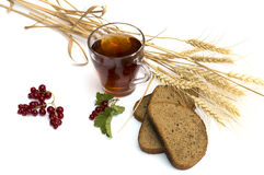 Vidro do chá, do trigo sobre campos e do pão Imagem de Stock Royalty Free