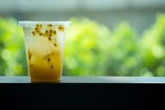 Vidro do chá fresco do fruto de paixão da bebida fotos de stock