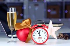 Vidro do champanhe e do despertador prestes a 2018 novo Foto de Stock Royalty Free