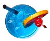 Vidro do cocktail azul da lagoa imagens de stock