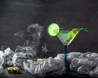 Vidro do cocktail na tabela Azeitonas, alecrins e cal em um g Foto de Stock Royalty Free