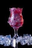 Vidro do cocktail vermelho frio com gelo no gelo Fotografia de Stock
