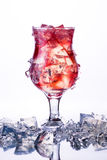 Vidro do cocktail vermelho frio com gelo no gelo Fotos de Stock Royalty Free