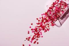 Vidro do dia de Valentim com lotes de corações doces dos doces fotografia de stock royalty free
