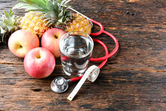 Vidro do fruto, do coração, do estetoscópio e de água para saudável e o corpo s Imagens de Stock