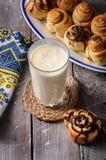 Vidro do leite com rolos de canela Foto de Stock Royalty Free