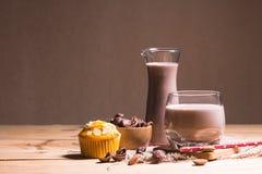 Vidro do leite de chocolate na tabela fotografia de stock royalty free