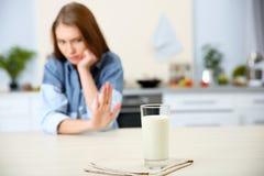 Vidro do leite e da mulher imagem de stock royalty free