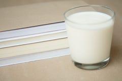 Vidro do leite e da novela Imagens de Stock Royalty Free