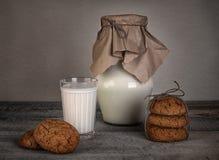 Vidro do leite e de cookies caseiros Foto de Stock