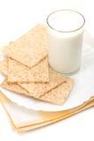 Vidro do leite e dos biscoitos sobre a tabela-napk fotografia de stock royalty free