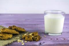 Vidro do leite na tabela Biscoitos de farinha de aveia com pedaços de chocolate imagem de stock royalty free
